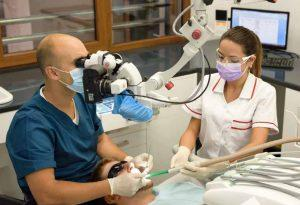 Zabieg dentystyczny, przeprowadzany z użyciem mikroskopu