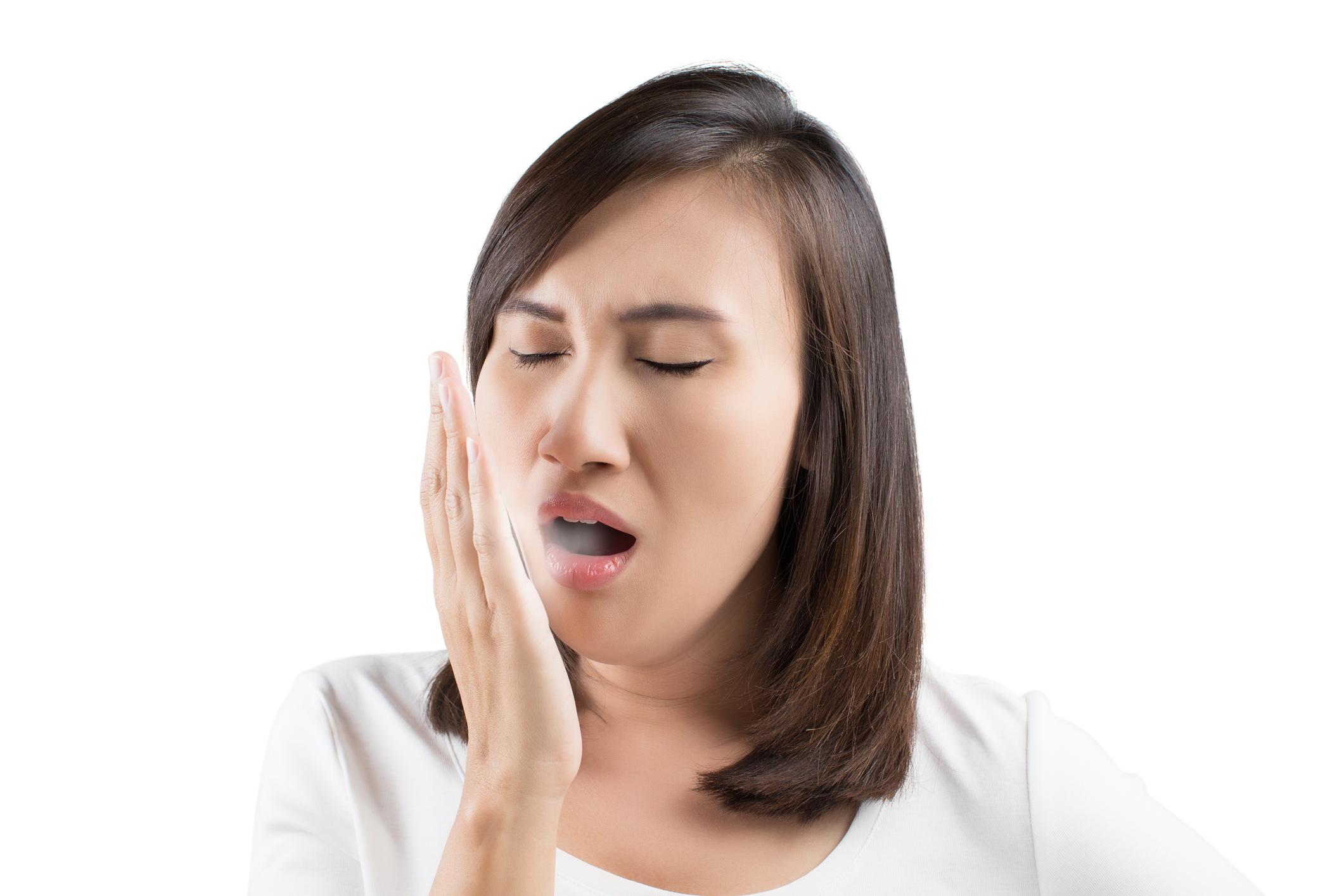 Próchnica a nieświeży oddech. Czy to się łączy?